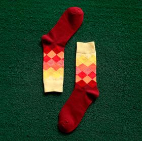 Røde sokker med mønster